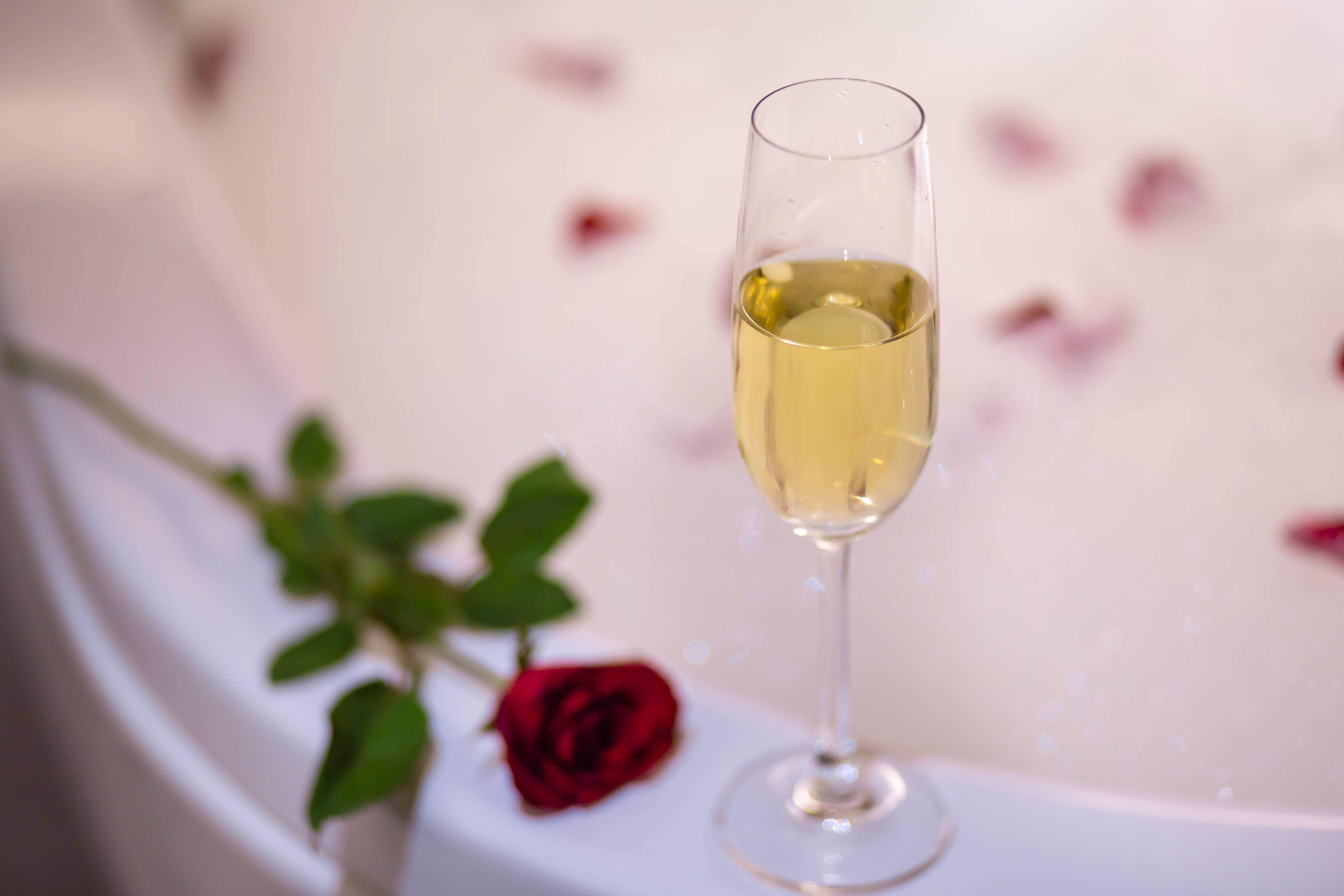Champagner mit Rose in Badewanne